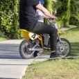 Exclusif - Jason Statham fait de la mini-moto avec son fils Jack à Beverly Hills, le 22 avril 2020. L'acteur de 52 ans et son fils de deux ans ne portaient aucune protection durant ce moment complice, malgré l'épidémie de coronavirus (Covid-19).