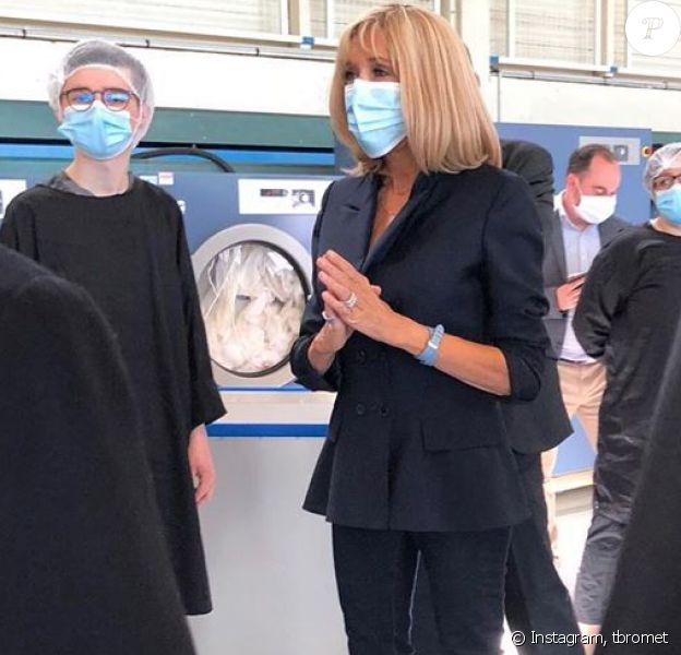 Brigitte Macron en visite à la blanchisserie temporaire de l'hôpital de Montfermeil (Seine-Saint-Denis) le 19 mai 2020. La première dame, présidente de la Fondation Hôpitaux de Paris-Hôpitaux de France était élégante et a respecté les gestes barrières en portant un masque.