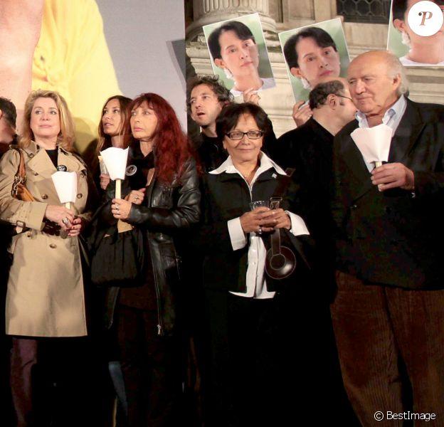 Catherine Deneuve, Michel Piccoli et divers artistes à Paris lors d'un mouvement de soutien à Aung San Suu Kyi en 2009.