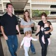 Jennifer Garner, ses filles Seraphina et Violet, le bodyguard et la nounou (aéroport de LAX à Los Angeles, 1er septembre 2009)