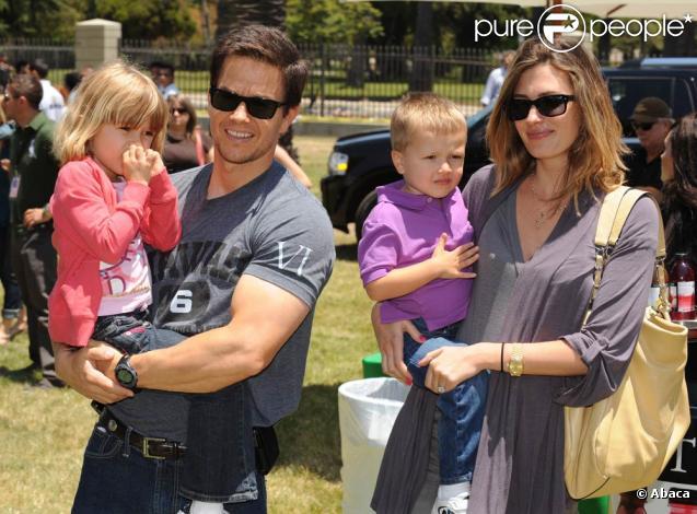 Mark Wahlberg avec sa fille Ella et sa femme Rhea avec leurfils Michael