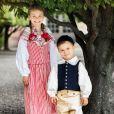 La princesse Estelle de Suède et le prince Oscar de Suède photographiés dans les habits traditionnels de leurs duchés respectifs, Östergotland et Scanie, dans le jardin du palais royal à Stockholm à la veille de la Fête nationale suédoise en juin 2020. ©Linda Broström/Cour royale de Suède