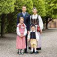 La princesse Estelle de Suède et le prince Oscar de Suède photographiés dans les habits traditionnels de leurs duchés respectifs, Östergötland et Scanie, avec leurs parents le prince Daniel et la princesse héritière Victoria (en tenue de duchesse de Västergötland) à la veille de la Fête nationale suédoise en juin 2020, dans le jardin du palais royal à Stockholm. ©Linda Broström/Cour royale de Suède