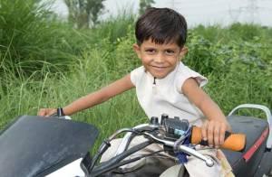 Il a 3 ans et il conduit déjà une énorme moto ! Regardez... c'est incroyable !