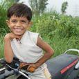 Azeem Khan a 3 ans et conduit une grosse moto !