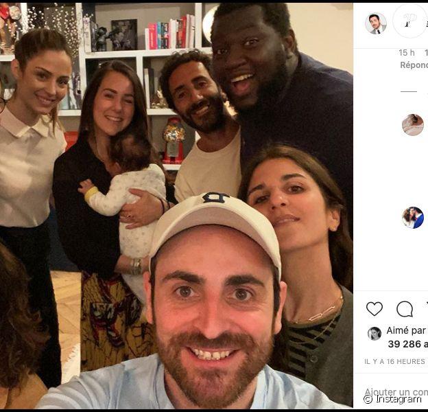 Camille Combal prend la pose aux côtés d'amis et sa femme, la belle Marie en top blanc, le 9 juin 2020 sur Instagram.