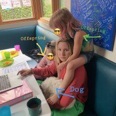 Kristen Bell, ses deux filles et leur chien. Mai 2020.