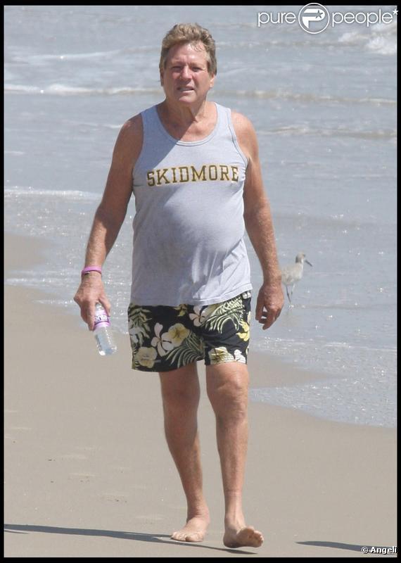 Ryan O'Neal en charmante compagnie sur une plage de Malibu, le 4 septembre 2009