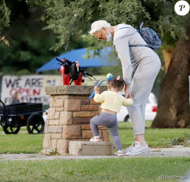 Exclusif - Brigitte Nielsen va au parc à vélo en famille à Los Angeles, le 21 juin 2020.
