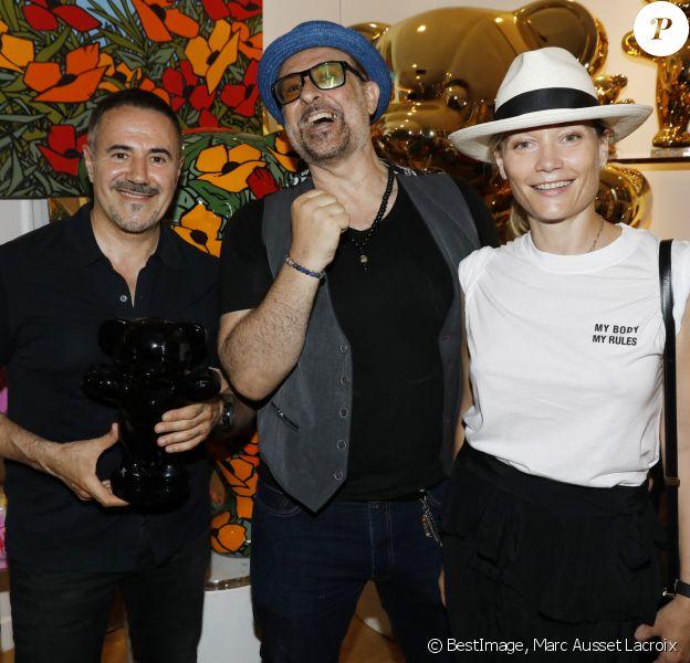 José Garcia, Jacky Jayet, Caroline Vigneaux lors du vernissage Jacky Jayet et ses Ours à la Galerie Art and Sound, Paris le 25 Juin 2020. © Marc Ausset Lacroix / Bestimage