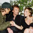 Johnny Hallyday entouré en 2003 de ses enfants David Hallyday et Laura Smet à L'Amnesia.