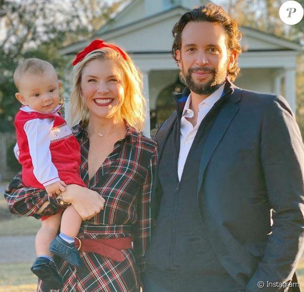 Nick Cordero, est mort le 5 juillet 2020 à Los Angeles, de complications liées au coronavirus. Ici avec sa femme Amanda Kloots et leur petit Elvis, quelques mois avant son décès.