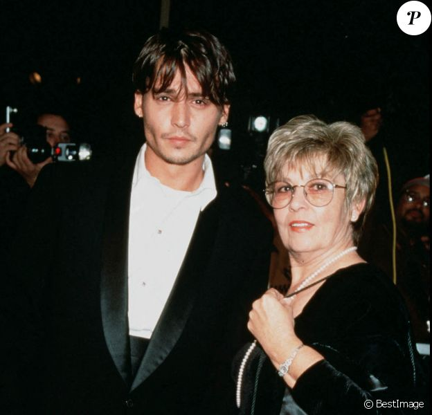 "Johnny Depp et sa mère Berry Sue à Hollywood, à la première du film ""Nick in Time"" en 1995."