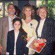 ARCHIVES - Jeane Manson décorée de la médaille des arts et des lettres avec sa fille Shirel et ses parents en 1988.
