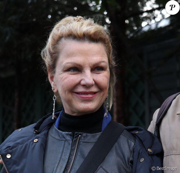 """Jeane Manson - Arrivées des people sur l'enregistrement de l'émission """"Vivement dimanche"""" au Pavillon Gabriel à Paris le 26 février 2020."""