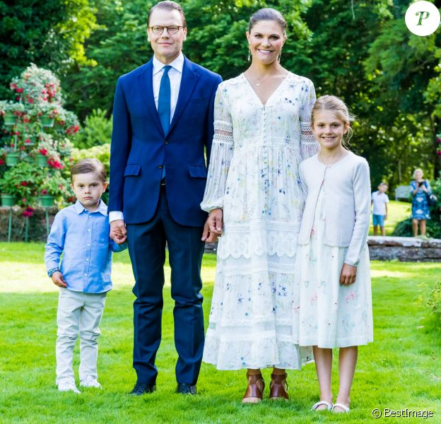 La princesse Victoria de Suède a fêté ses 43 ans dans l'intimité, crise du coronavirus oblige, le 14 juillet 2020 à la Villa Solliden, à Borgholm sur l'île d'Öland, posant avec son mari le prince Daniel et leurs enfants la princesse Estelle et le prince Oscar dans le parc de la résidence.