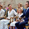 La princesse héritière Victoria de Suède, le prince Daniel et la princesse Estelle ont été rejoints par le prince Carl Philip et la princesse Sofia, mais aussi le champion de saut à la perche Armand Dumantis (assis à la droite de la princesse Victoria) pour assister à un concert intimiste, coronavirus oblige, dans les vestiges du château de Borgholm le 14 juillet 2020 à l'occasion du 43e anniversaire de Victoria.