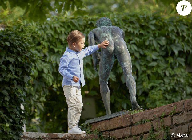 Le prince Oscar de Suède inspecte le fessier d'une statue du parc de la Villa Solliden lors de la célébration du 43e anniversaire de sa maman la princesse héritière Victoria, le 14 juillet 2020 à Borgholm sur l'île d'Öland. © Stefan Lindblom/Stella Pictures/ABACAPRESS.COM