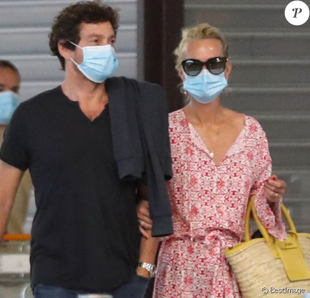 Exclusif - Laeticia Hallyday et son compagnon Pascal Balland prennent un vol à l'aéroport Roissy CDG pour une échappée à deux, sans enfants le 26 juin 2020.