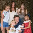Jamie Oliver et sa femme Jools présentent leur 5ème enfant , un garçon, en sortant de l'hôpital Portland à Londres, le 8 août 2016 en présence de leurs enfants Poppy Honey (14 ans), Daisy Boo (12 ans), Petal Blossom (6 ans) et Buddy Bear (5 ans).