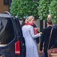 Exclusif - Un fan offre des fleurs à Amber Heard à son arrivée à l'hôtel à Londres, le 21 juillet 2020.