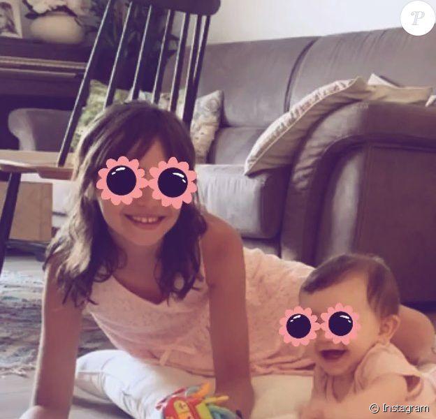 Alexandra Rosenfeld publie une photo de ses filles, Ava et Jim, le 25 juillet 2020 sur Instagram.