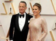 Tom Hanks reçoit son nouveau passeport des mains d'un Premier ministre