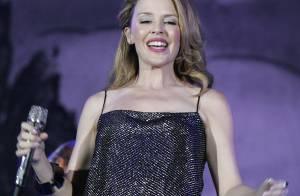 Kylie Minogue : Robe blanche façon Marylin, combi disco et fleur dans les cheveux... Eblouissante lors du concert We Love Abba !