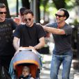 Jude Law avec son ami Jonny Lee Miller et son fils Buster à New York, le 14/09/09