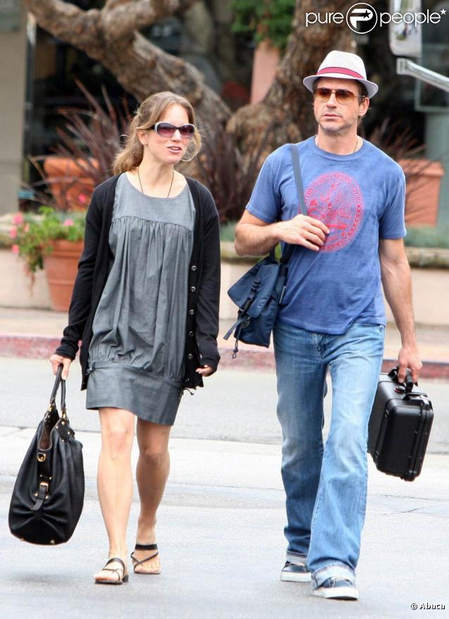 Robert Downey Jr et sa femme Susan se promènent après un déjeuner au Coogie Beach Café à Malibu le 12 septembre 2009