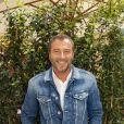 """Exclusif- Bernard Montiel - People au dernier """"Déjeuner d'Eté"""" au restaurant Le Récamier à Paris, le 29 août 2020. Pour clôturer le dernier """"Déjeuner d'Eté"""" autour de son chef Gérard Idoux du restaurant le Récamier, Gilles Muzas, l'initiateur de ces agapes a réussi à réunir une fine équipe ! Malgré l'absence de L.Ducruet, fils de la Princesse S. de Monaco retenu sur le Rocher en raison d'un emploi du temps chargé, H. Vilard tout droit rentré de Haute-Savoie présenta son prochain livre, """"Du lierre dans les arbres"""", dont la sortie est prévue pour le mois de novembre aux éditions Fayard. Tandis que l'humoriste et imitateur M.Schalk évoquait la reprise de ses tournages des Minikeums diffusés tous les jours sur France 4 tout en préparant son prochain one-man-show ; Maître E.Pierrat dégusta le célèbre Soufflé au fromage avec gourmandise. Présent également E.Sauvage, directeur général du groupe Evok hôtel collection réitéra les difficultés de la profession mais non sans un certain optimisme. En effet malgré la crise, il prépare avec ses équipes dans le secret un événement exceptionnel dont il a le secret dans les prochains mois. Tandis que la directrice de la communication de l'Opéra de Paris, E. Alindret-Rodet annonça que l'institution devrait rouvrir ses portes le 19 septembre au Palais Garnier (en avant du rideau de scène) avec un programme adapté de concerts et de ballets et à partir du 23 novembre à l'Opéra Bastille. La forme olympique d'.Roumanoff interrogea les convives. Son secret durant ses vacances estivales, elle s'octroya les services d'un célèbre coach sportif de la Côte d'Azur N. Lojowski. Un emploi du temps digne d'un ministre à son actif ; son émission quotidienne d'Europe 1, la reprise de sa tournée à guichet fermé sans parler de la préparation du tournage de son prochain film l'invite à avoir une forme olympique s'exclama t'elle ! Quant à B.Montiel, de retour sur les chemins de TPMP de C.Hanouna et de son émission de RFM évoquait avec G.Muzas non sans ave"""