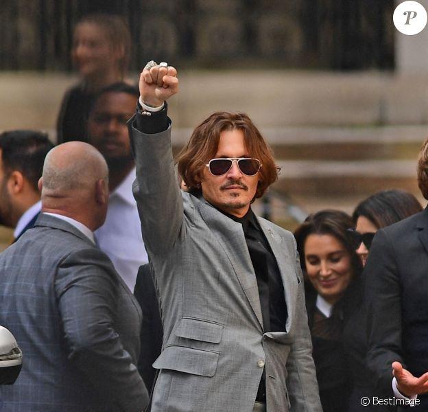 Johnny Depp à la sortie de la Cour royale de justice à Londres le dernier jour du procès en diffamation contre le magazine The Sun Newspaper.