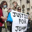 Charlotte Pitson et Lauren Hill (fans de Johnny Depp) à la sortie de la Cour royale de justice à Londres le dernier jour du procès en diffamation contre le magazine The Sun Newspaper , le 28 juillet 2020.