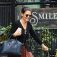 Katie Holmes porte une jupe plissée en simili cuir pour aller déjeuner à New York.