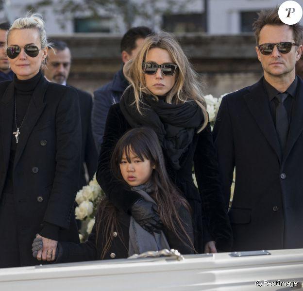 Laeticia Hallyday, ses filles Jade et Joy, Laura Smet et David Hallyday devant le cercueil de Johnny Hallyday - Arrivées des personnalités en l'église de La Madeleine pour les obsèques de Johnny Hallyday à Paris.