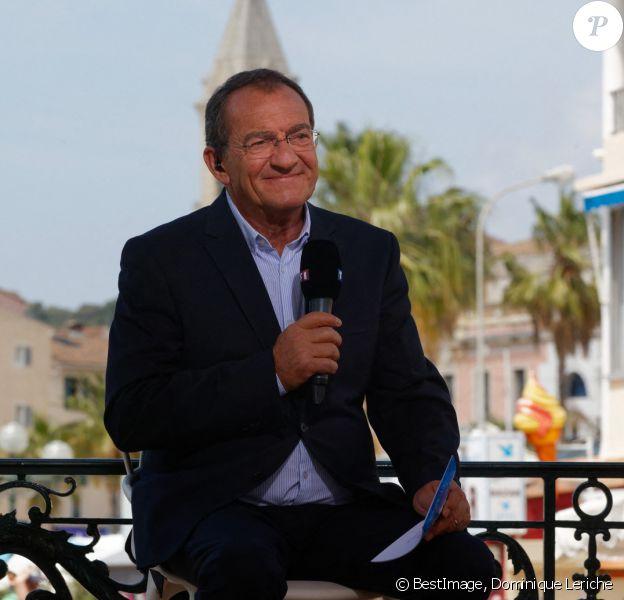 Jean-Pierre Pernaut est venu remettre au maire de Sanary le titre de plus beau marché de France en direct lors du JT de TF1. © Dominique Leriche / Nice / Matin / Bestimage