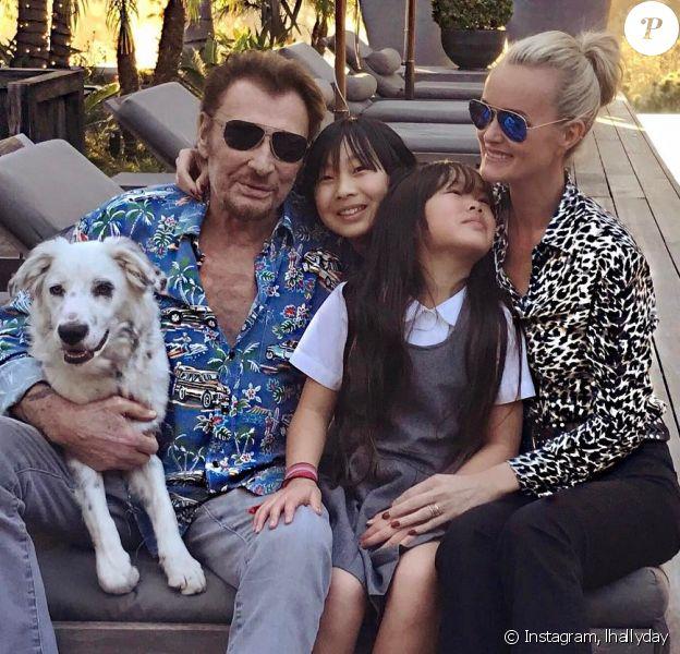 Johnny et Laeticia Hallyday dans leur maison de Pacific Palisades avec leurs filles Jade et Joy (2017).