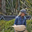 Laeticia Hallyday - Les filles de L.Hallyday et deux amies d'école vendent de la limonade pour collecter des fonds pour l'association de leur mère au Vietnam, devant la villa de Pacific Palisades, Los Angeles, Californie Etats-Unis, le 18 mai 2019.