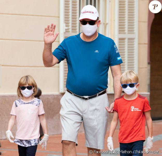 Le prince Albert de Monaco et ses enfants, Jacques et Gabriella (5 ans), nettoyant les rues de Monaco à l'occasion du World Clean Up Day.