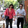 Exclusif - Mandy Moore et son mari Taylor Goldsmith sont allés faire du shopping à Melrose Place à Los Angeles, le 18 avril 2019.