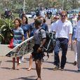 """Le prince Harry d'Angleterre rencontre les enfants qui participent au projet """"Surfers Not Street Children"""" sur la plage à Durban le 1er décembre 2015 lors de sa visite en Afrique du Sud."""