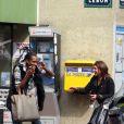François-Xavier de Secret Story entarté le 21/09/09 dans les rues de Paris. Juliette, l'attachée de presse d'Endemol est morte de rire !
