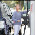 Nicollette Sheridan, sans maquillage, en jogging et baskets s'est arrêtée dans une station service pour prendre de l'essence le 18 septembre 2009