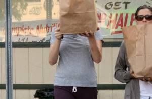 Mais qui est cette actrice qui se cache derrière son sac ?