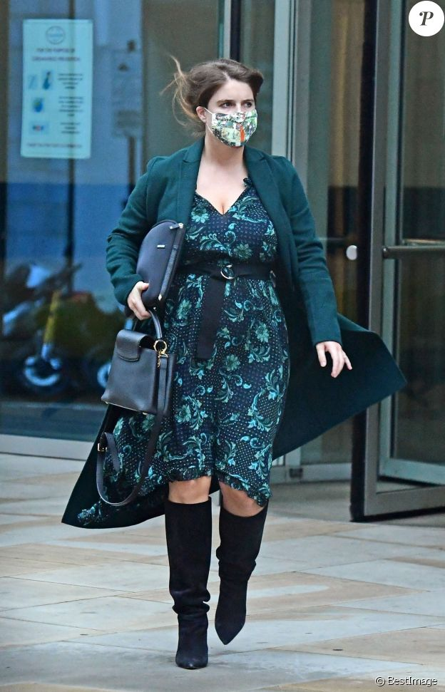 Exclusif - La Princesse Eugenie d'York, enceinte, se promène dans le quartier de Mayfair à Londres, le 30 septembre 2020.