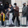 """Jean Claude Van Damme et sa compagne Alena Kaverina, arrivent sur le lieux du tournage du film """"Le dernier mercenaire"""" à Paris le 12 octobre 2020."""