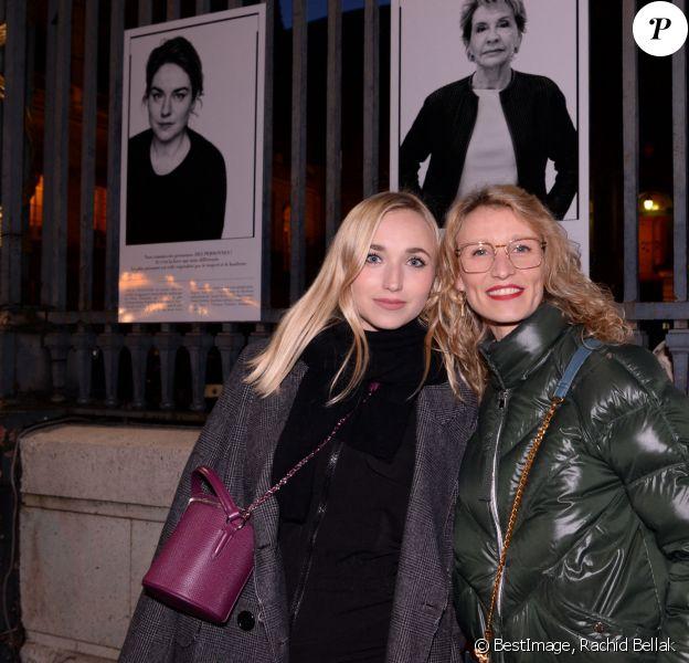 """Exclusif - Chloé Jouannet et sa mère Alexandra Lamy au vernissage de l'exposition photos """"Libres et égales"""" à l'occasion de la journée internationale des droits des femmes sur les grilles de la cour d'appel à Paris, France, le 6 mars 2020. A l'occasion de la journée internationale des droits des femmes, la photographe S.Galmot et la haute fonctionnaire à l'égalité femmes-hommes, I.Rome se sont associées pour réaliser une exposition photos portant un message d'espoir et de solidarité envers toutes les femmes, sous l'égide de la Garde des Sceaux, ministre de la Justice. En réunissant ces 28 femmes, la photographe fait passer un message de résilience par l'art et veut mettre en avant la force intérieure qui habite chacune d'entre-elles, leurs envies, leur bienveillance pour cette exposition intitulée: """"Livbres et Egales"""". © Rachid Bellak/Bestimage"""