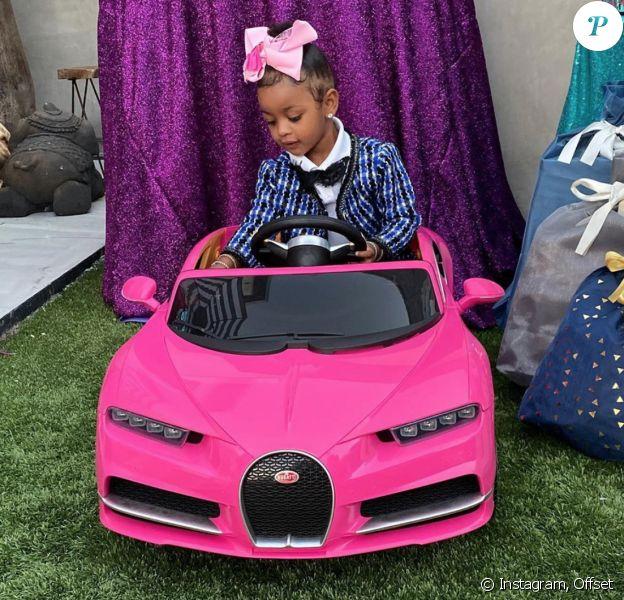 Kulture, la fille des rappeurs Cardi B et Offset, a reçu une Bugatti miniature pour ses 2 ans, de la part de sa tante Hennessy Carolina. Printemps 2020.