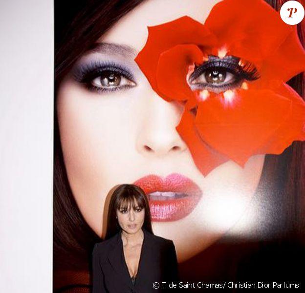 """Monica Bellucci de toute beauté, habillée en Dior, à l'exposition """"Tyen, 30 ans de Création"""", au Palais de Tokyo, le 28/09/09."""