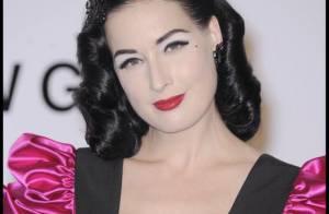 La superbe Dita Von Teese a tombé sa robe rose... devant Linda Evangelista et autres stars !